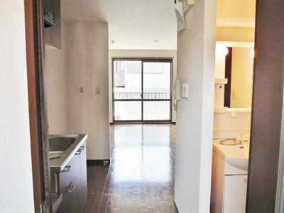 玄関から室内への景観です!キッチンと玄関の間には扉があるので急な来客も中が見えないので安心です◎