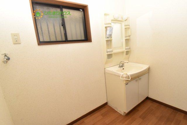 洗面所に小窓があるので、空気の入れ替えに役立ちます☆彡