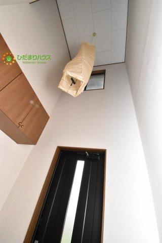 玄関の上部に小窓があるので、明るい空間になります。
