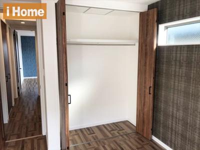 洋室5.3帖 たっぷり収納可能なクローゼット付のお部屋です