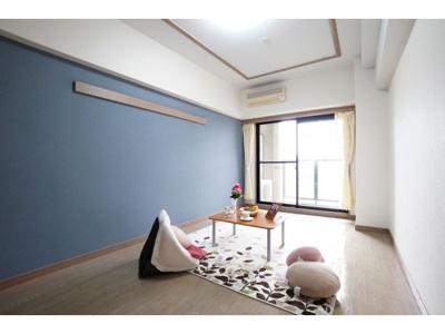 こちらの居間で趣味の時間をお楽しみください ※お部屋により色・仕様等の違いがあります。現況優先となります。