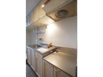 キッチンでお料理をお楽しみください ※お部屋により色・仕様等の違いがあります。現況優先となります。