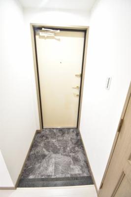 写真の右側に少し見えている扉はトイレです。お家に帰ってすぐトイレがあるのは助かりますね