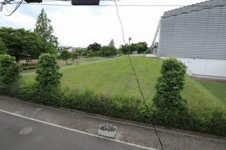 バルコニーから目の前にある公園がよく見えます。6月15日 15:00頃撮影。