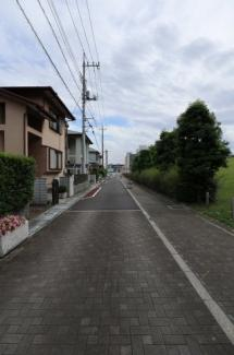 前面道路の写真です。一方通行ですが、道幅も広く、対向車がくることがないので車での通行も楽々です。物件は左側です。6月15日 15:00頃撮影。
