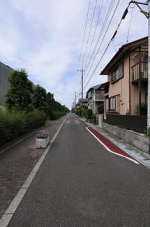 前面道路のを逆側から撮影した写真です。物件は右側です。6月15日 15:00頃撮影。