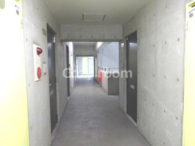 コンクリート打ち放しでお洒落な共有廊下です