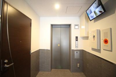 もちろんエレベーター付き♪防犯カメラも作動中です!