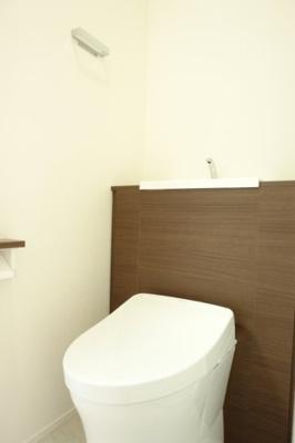 TOTO社製 レストパル あらゆる機能化格納されたオールマイティなトイレです。見せたくないもの背面キャビネットに収納できます。