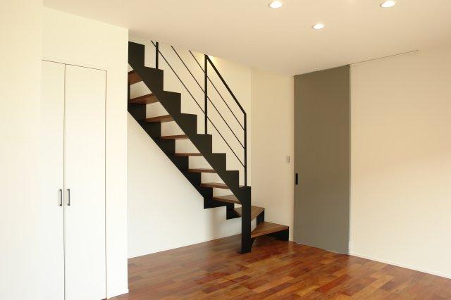 この建物の最大のポイントはこのスチール製の階段。既製品ではなく職人が丁寧に仕上げたオリジナルの逸品です。塗装にはショットブラストという手法を用いており、深みのあるブラックが目を惹きます。