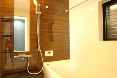TOTO社製 サザナ HSシリーズ 1616サイズ アクセントパネルは少し赤みがかった木目の鏡面仕上げ。浴室換気乾燥暖房機付きですので、梅雨時や外に干したくない衣類も安心してお洗濯いただけます。