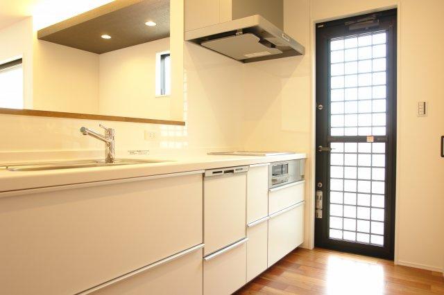 TOTO社製 ミッテ I型 W2550 IHクッキングヒーター 食洗器付き 清潔感漂うホワイトカラーを採用。キャビネットは充実の収納力で楽な姿勢で取り出せるセンターラインキャビネット仕様です。