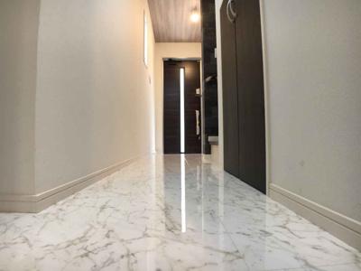 1階通路部分の床材はDAIKENのグラフィアート(大理石柄)