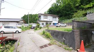 【前面道路含む現地写真】大月市大月町駒橋 建築条件なし売地 67坪
