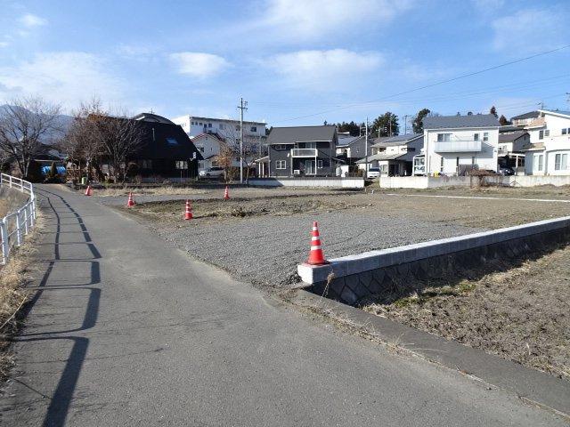道路東側より見ています。造成地南側は道路、大泉川になります。