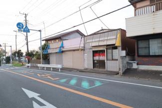 外観 前面道路からの写真 シャッターから飲食店のような建物まで合わせて96.8坪