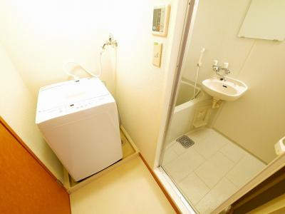 お風呂に洗面台がついてます。