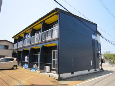 紺の外壁と、黄色の天井や玄関ドアが好対照n外観が特徴です。