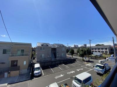 バルコニーからの眺めです。南側は建物が離れているので、とても開放感があります!もちろん陽当りも良好!