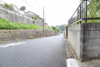 道路の幅広く、らくらく駐車可能です。