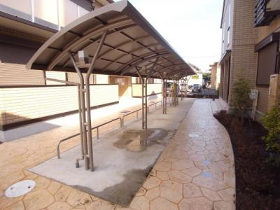 屋根つきの自転車置き場もあります!