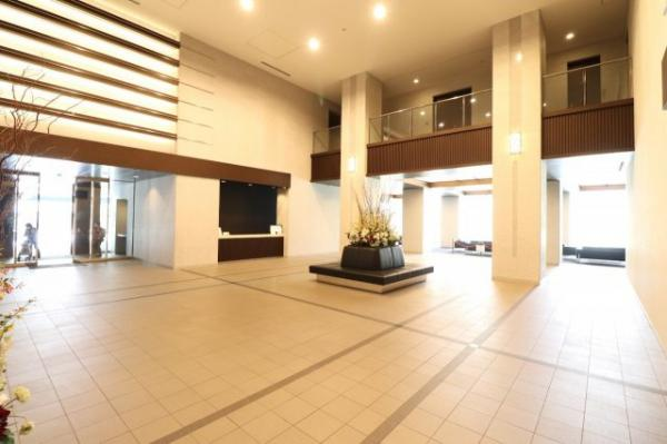 【エントランスホール】風除室を抜けるとそこは、迎賓の場としての優雅さが香る開放感ある二層吹抜のエントランスホール。