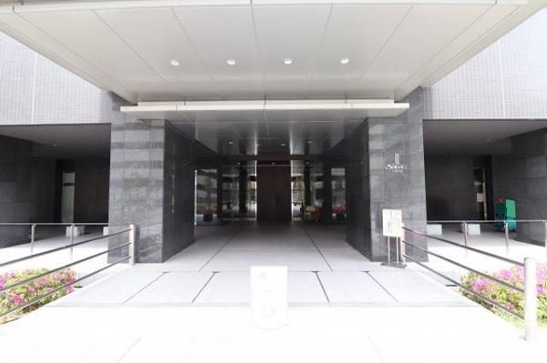 【エントランス】外観デザインは品格ある色調でまとめた基壇部によって安定感、高級感を創出。空に伸びていく高さ約133m、38階建の超高層タワーレジデンス。