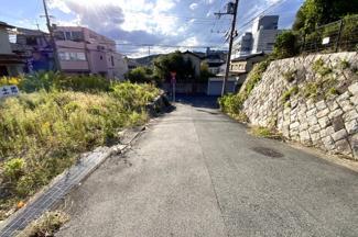 前道にも余裕があり、運転が苦手な方でも駐車は安心ですね。周辺環境もよく生活しやすいエリアです。