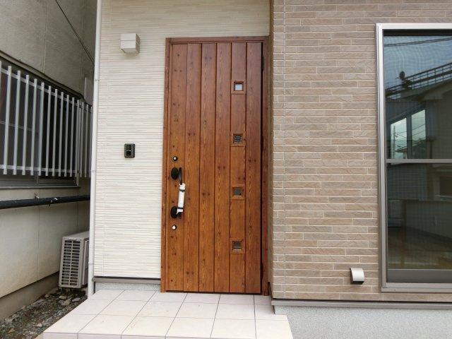 かわいいデザインの玄関ドアです!
