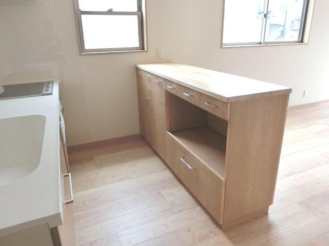 収納付きキッチンカウンターも備え付きです。