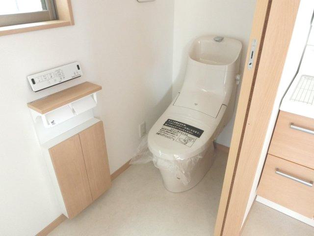 1階洗面所横にトイレがあります。