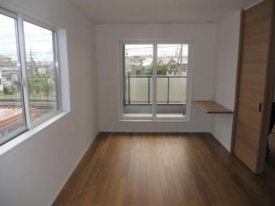 2F洋室 窓の多い明るい洋室です。