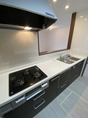 機能的な対面式システムキッチン. 食器洗浄乾燥機付き