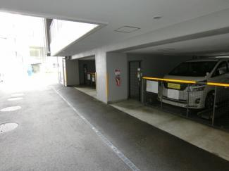 駐車場は平面と立体とあり、スペースに余裕があるので駐車もラクラクです。 ※空き状況は要確認。