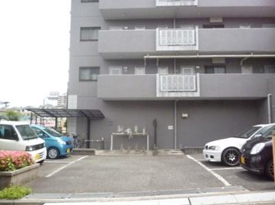 いつでも目の届く敷地内に駐車場があります♪お車を利用される方におすすめです!