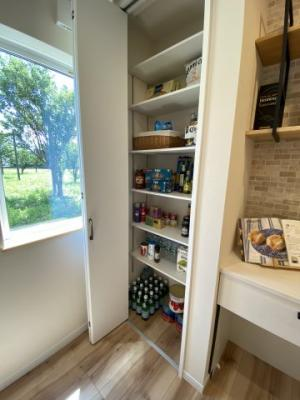 キッチン内にある食品庫に使える収納も大容量