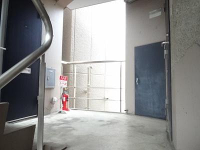 エルミ鶯谷 共用廊下