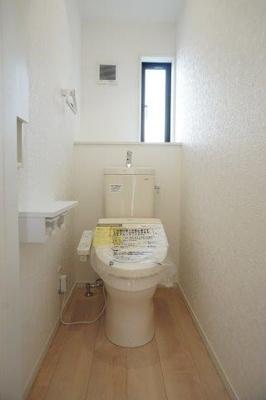 ※画像は1号棟になります 1階と2階にトイレが完備されているので朝の支度時に取り合うことがないですよ(^_-)-☆