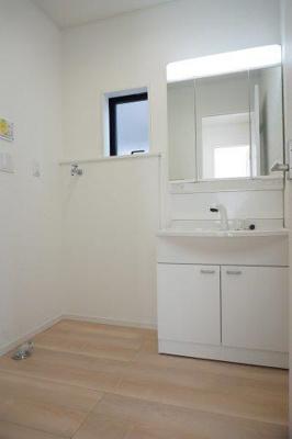 ※画像は1号棟になります シャワードレッサー付きの洗面台は洗面台をお掃除する時にも重宝しますよ!