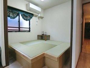 約4.0帖の洋室にはユニット式の小上がり畳を設置しております♪寛ぎの空間を演出しております♪