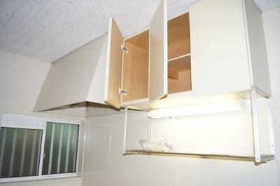 「キッチン上部には収納スペースあります」
