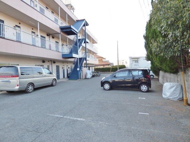 敷地出入口に塀や縁石がないので車でも出入りしやすいですよ!