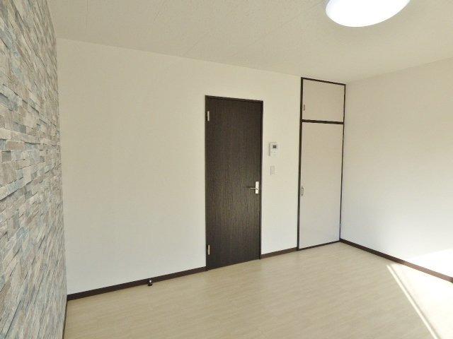 203だけ居室扉がアクセントクロスにマッチした黒の開き戸です♪