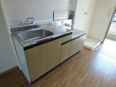 キッチン左側には冷蔵庫を置けるスペースもありますよ!