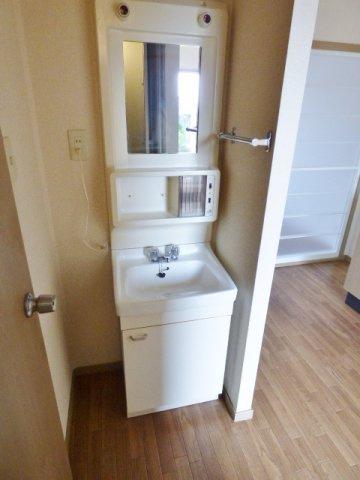 浴室と分かれた洗面台。足や化粧品などが濡れず身支度に便利です♪