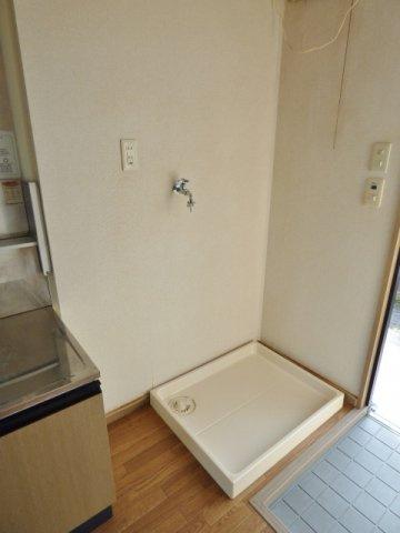 玄関横に洗濯機置場。洗濯パン付き!