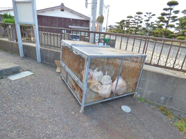 敷地内ゴミ置場は動物に荒らされにくい金属製。手前に引いて開けるタイプで開けやすい♪