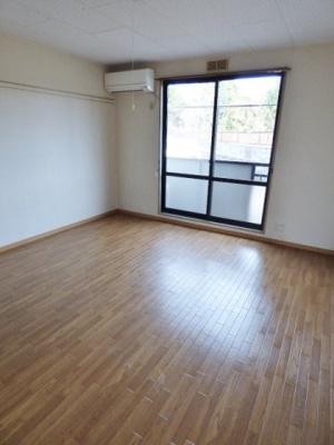 8帖の洋室。窓は大き目で南東向きなので朝の日差しが気持ち良いお部屋です♪