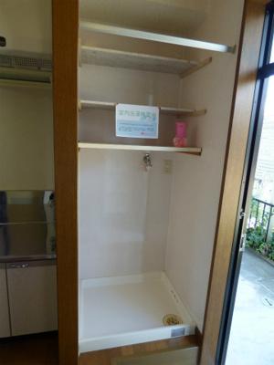 室内洗濯機置き場。洗濯機置場の上に洗剤などを置けるスペースがあります。※掲載画像は同タイプの室内画像のためイメージとしてご参照ください。