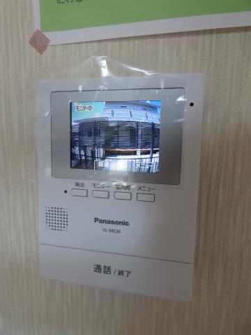 TVモニター付インターホンだから訪問者の確認ができて安心! ※掲載画像は同タイプの室内画像のためイメージとしてご参照ください。 ※掲載画像は同タイプの室内画像のためイメージとしてご参照ください。